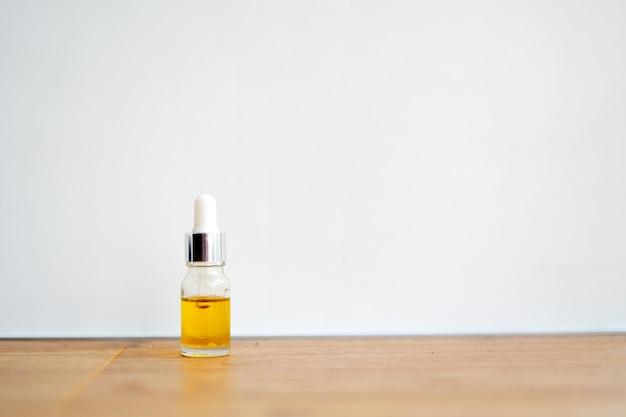 Bouteille brune avec compte-gouttes sur fond blanc. huiles essentielles ou essence.