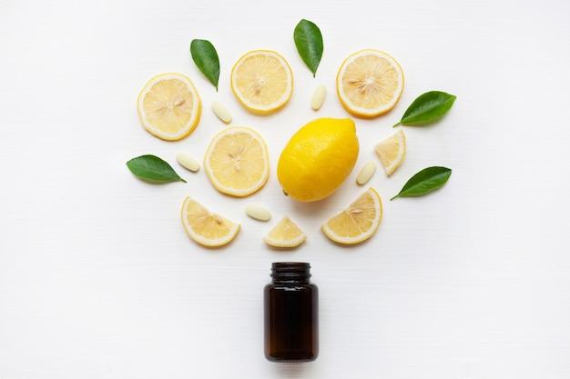 Bouteille brune avec du citron, des feuilles et de la vitamine c