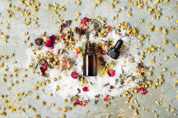 Bouteille centrée vue de dessus avec des produits naturels pour la peau