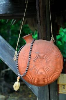 Bouteille en céramique vintage sur la corde