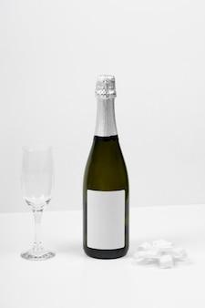 Bouteille de champagne et arrangement de verre
