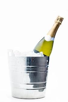 Bouteille de champagne au frais dans un seau à glace