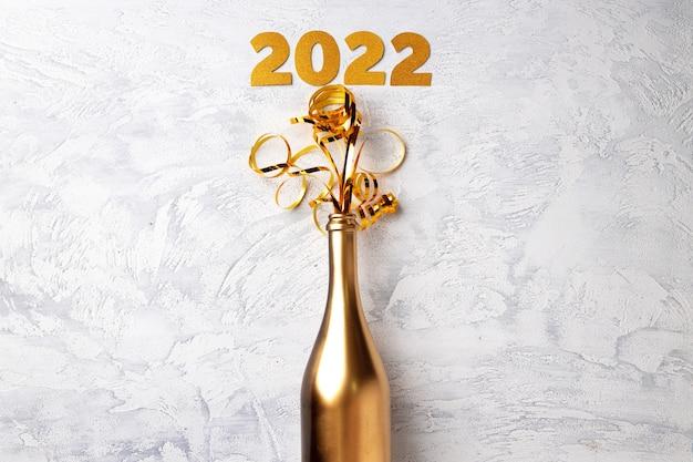 Bouteille de champagne avec des banderoles à plat vue de dessus