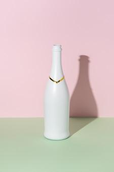 Bouteille de champagne blanc sur fond clair.