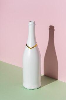Bouteille de champagne blanc sur une surface brillante.