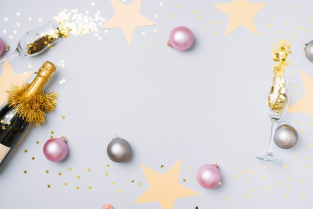 Bouteille de champagne avec des boules sur la table