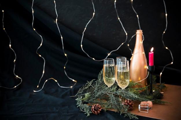 Bouteille de champagne avec des branches vertes