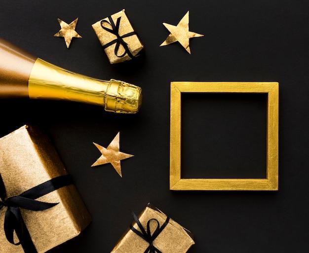 Bouteille de champagne avec des cadeaux sur la table