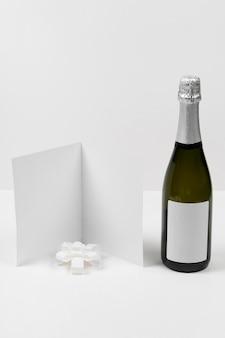 Bouteille de champagne et carte vide