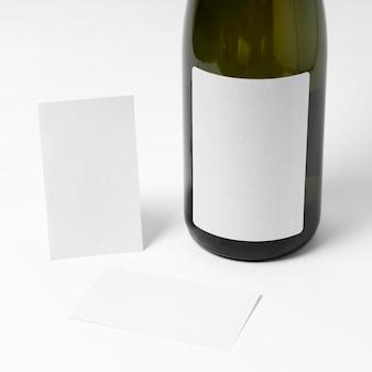 Bouteille de champagne et cartes vides