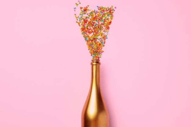 Bouteille de champagne avec des confettis