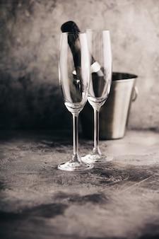 Bouteille de champagne dans un seau avec glace et verres