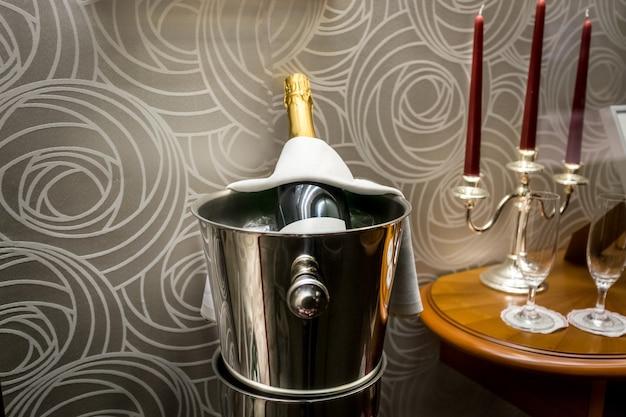 Bouteille de champagne debout dans un seau au restaurant