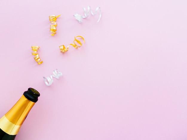 Bouteille de champagne dorée avec serpentine
