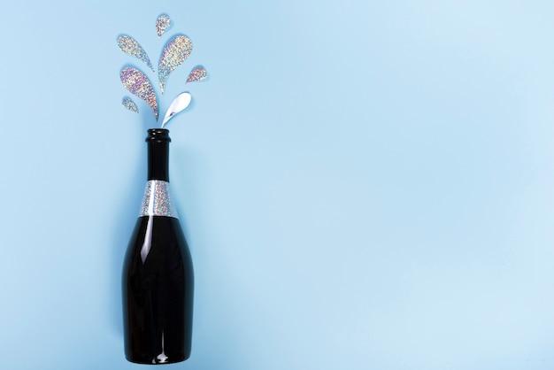 Bouteille de champagne avec éclaboussures de paillettes découpées