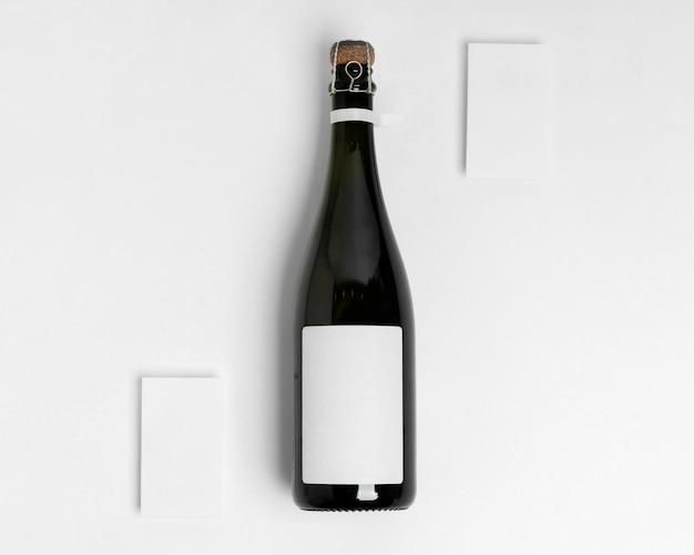 Bouteille de champagne sur fond blanc vue de dessus