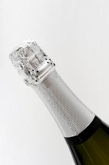 Bouteille de champagne sur fond blanc
