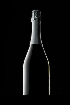 Bouteille de champagne sur fond noir, espace copie