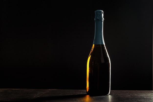 Bouteille de champagne sur fond noir,