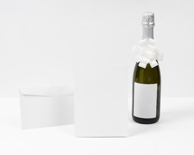 Bouteille de champagne avec noeud blanc