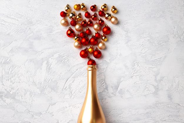 Bouteille de champagne en or et boules de noël