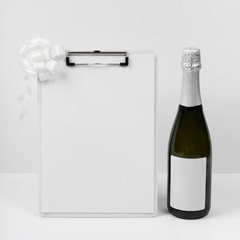 Bouteille de champagne avec presse-papiers