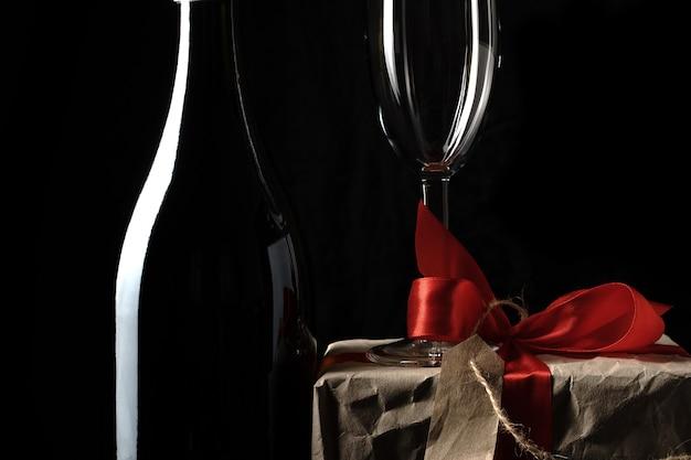 Une bouteille de champagne et un verre