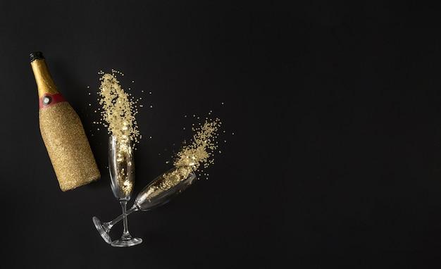 Bouteille de champagne verres à paillettes dorées.