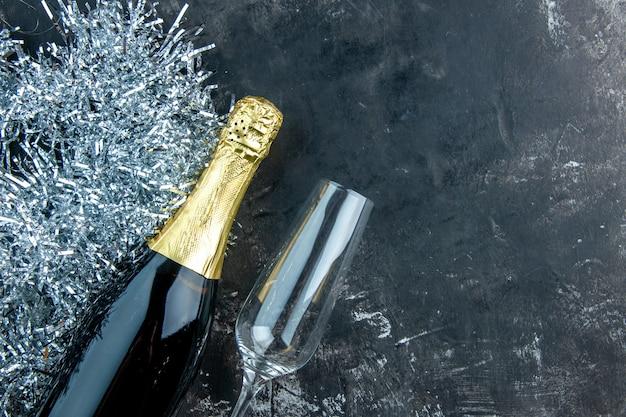 Bouteille de champagne vue de dessus et verre de champagne