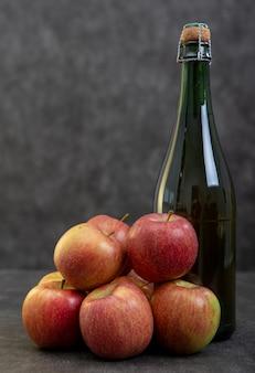 Bouteille de cidre et de belles pommes biologiques