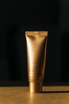 Bouteille cosmétique dorée