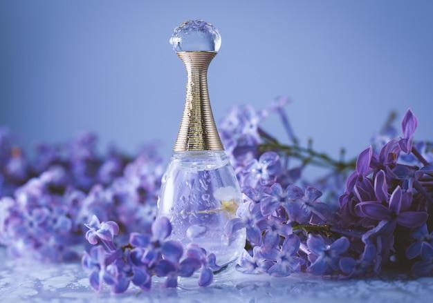 Bouteille cosmétique se bouchent avec des fleurs lilas
