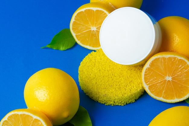 Bouteille de cosmétiques avec des citrons en tranches