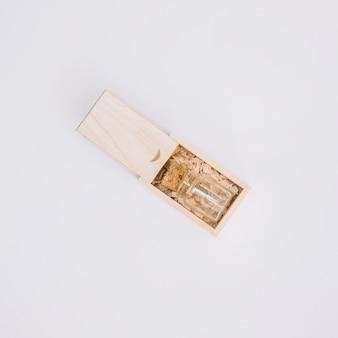 Bouteille dans une boîte en bois