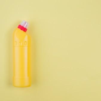 Bouteille de détergent en plastique jaune