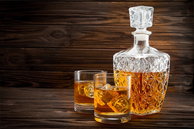 Bouteille et deux verres de whisky glacé