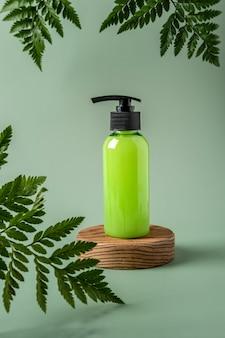 Bouteille avec distributeur sur podium et fond pastel. maquette de conteneur cosmétique avec place pour le texte. concept de produit de beauté de soins de la peau naturels.