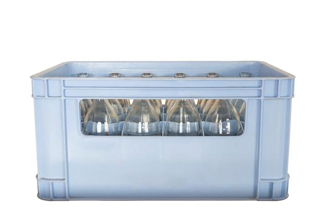 Bouteille d'eau dans une caisse isolée sur fond blanc avec un tracé de détourage
