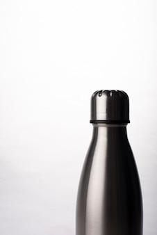 Bouteille d'eau en métal sur fond blanc, flacon en acier inoxydable