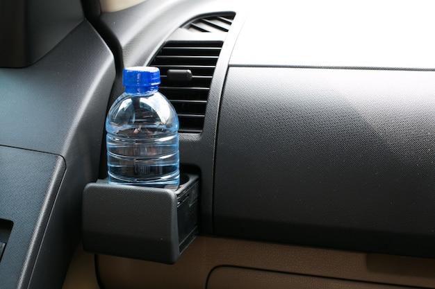 Bouteille d'eau placée sur la voiture.
