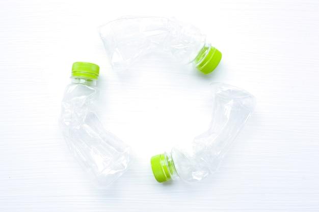 Bouteille d'eau en plastique vide pour le recyclage isolé, concept of re