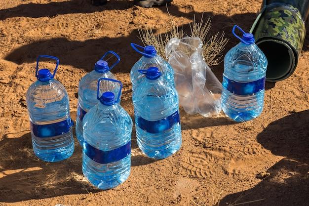 Bouteille d'eau sur le sable