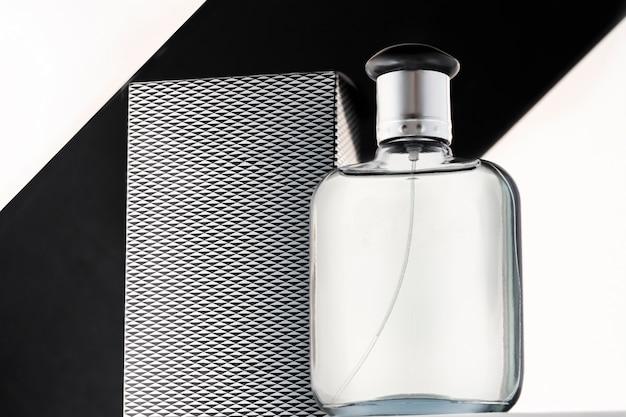 Une bouteille d'eau de toilette ou d'eau de toilette pour hommes sur fond noir et blanc, style strict, copie de la maquette de l'espace.