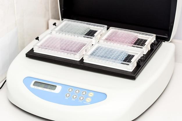 Une bouteille d'échantillon chimique centrifuge un ensemble de flacons de tubes à essai pour analyse