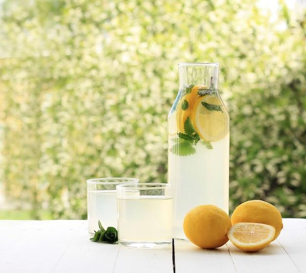 Bouteille fraîche de limonade faite maison