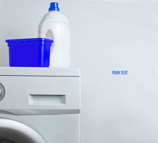 Bouteille de gel de lavage, boîte de poudre sur machine à laver. copier l'espace