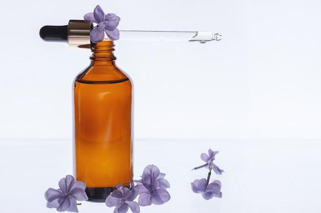 Bouteille d'huile de beauté aux fleurs lilas