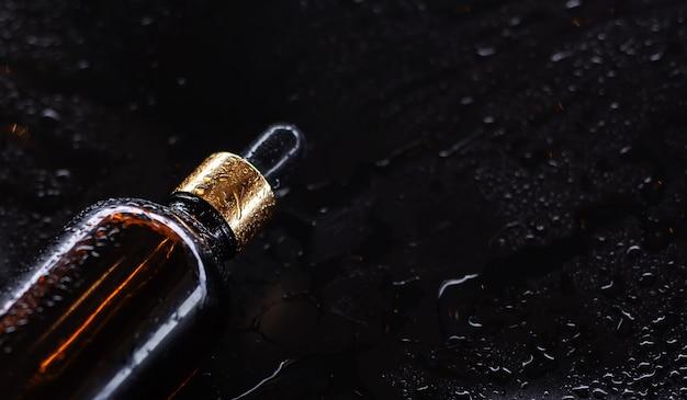 Bouteille d'huile corporelle sur fond noir