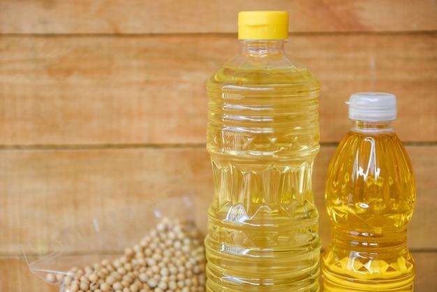 Bouteille d'huile de cuisson sur fond de bois / huile végétale - huile de soja