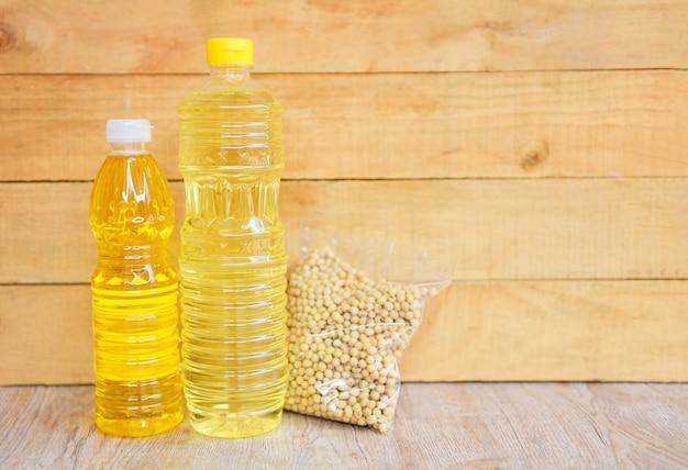 Bouteille d'huile de cuisson sur fond de bois / huile végétale huile de soja